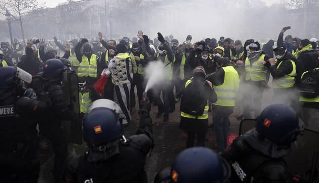 Los enfrentamientos con los antidisturbios volvieron a marcar la manifestación de los 'chalecos amarillos' en los Campos Elíseos, ya que 1.500 alborotadores -según las autoridades- perturban los accesos a la avenida, donde las autoridades responden con gases lacrimógenos y cañones de agua.