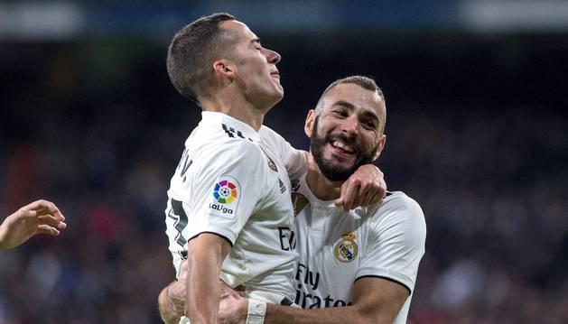 Lucas Vázquez, autor del segundo gol, celebra con Benzema el tanto