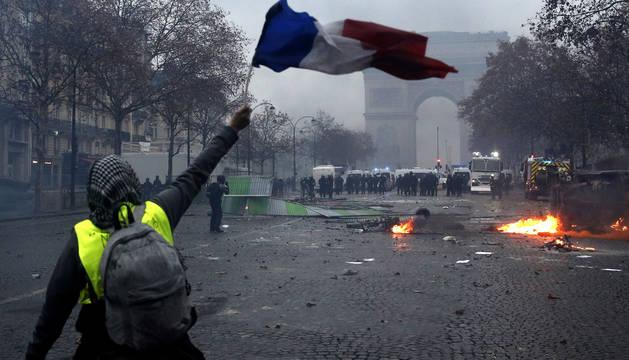 París arde por la violencia extrema de los 'chalecos amarillos'