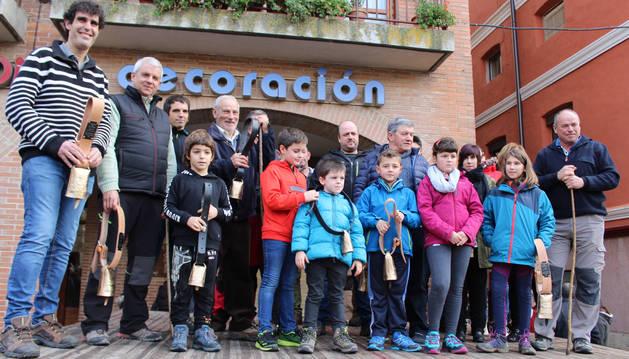 Criadores participantes en el certamen con las autoridades en la entrega de premios en la plaza de Santiago de Estella.