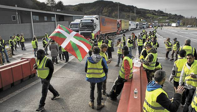 Protesta y colas de hasta 6 kilómetros en el paso de Biriatou este sábado por la tarde.