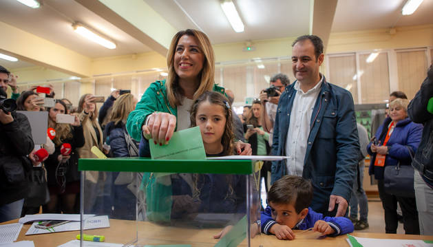En Sevilla, la secretaria general de PSOE-A, presidenta de la Junta y candidata a la reelección, Susana Díaz, ha acudido a votar.