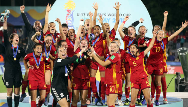 Las jugadoras españolas celebran la victoria ante México tras la final de la Copa Mundial Femenina de Fútbol Sub-17,en Montevideo (Uruguay).
