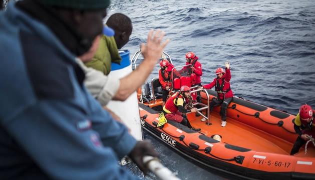 El pesquero español 'Nuestra Madre de Loreto' entrega a Malta a los 11 migrantes rescatados