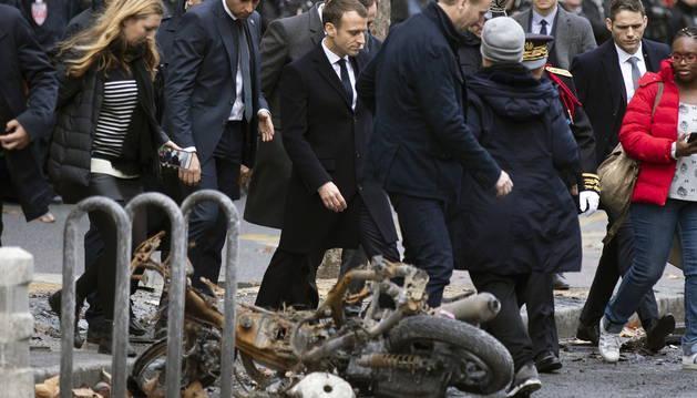 Macron se dejó ver a primera hora en la zona más afectada por los tumultos del sábado -el Arco del Triunfo y sus avenidas- para comprobar los daños provocados por las protestas.