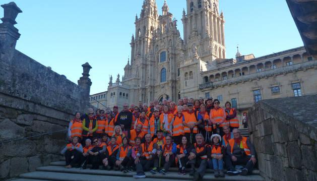 El grupo de jubilados de la Asociación San Sebastián de Tafalla posa en las escaleras de acceso a la plaza del Obradoiro en Santiago.