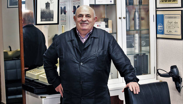 Ángel López Araña en el interior de la peluquería que atiende desde hace 47 años en el barrio de San Jorge.