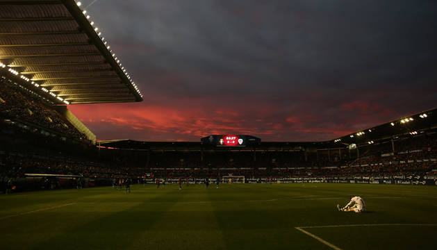 Espectacular imagen del atardecer pamplonés en el estadio de El Sadar el pasado domingo, con el portero del Lugo sentado en el suelo con unos presuntos dolores y 0-0 en el marcador. No tardaría en llegar el éxtasis con el gol de Iñigo Pérez en el minuto 89.