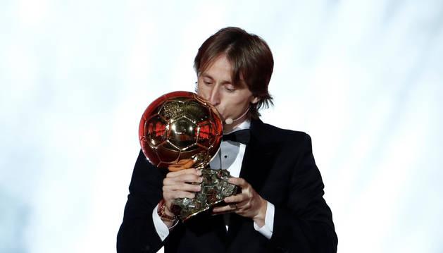 Luka Modric besa el Balón de Oro