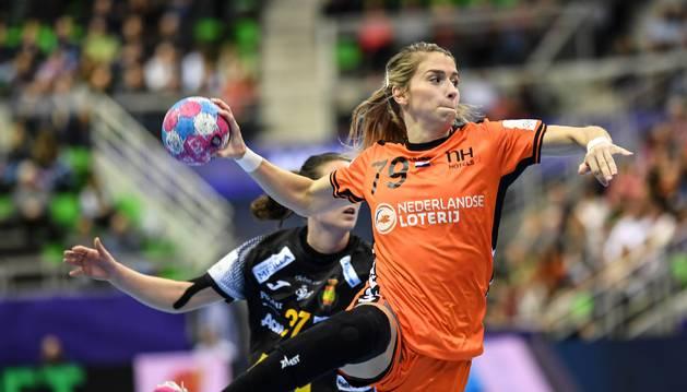 La holandesa Polman lanza durante el partido ante España