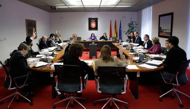 La comisión parlamentaria de Hacienda, en una votación durante una de sus sesiones.