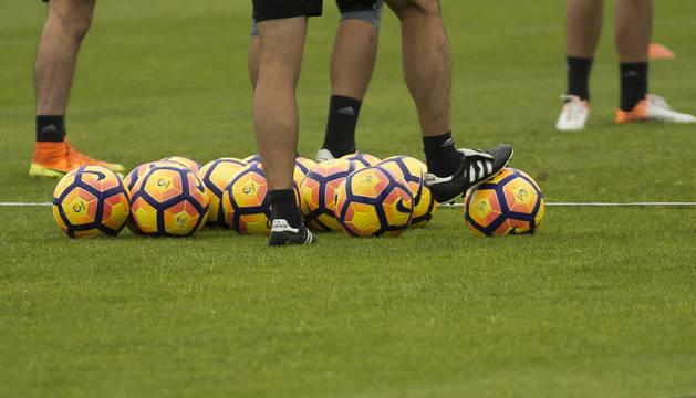 Imagen de un montón de balones en un entrenamiento de fútbol.