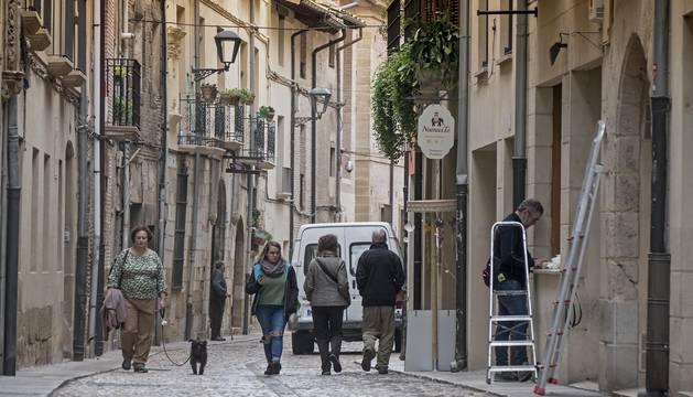 La calle La Rúa de Estella, muy transitada en una imagen de estos días del final del otoño.