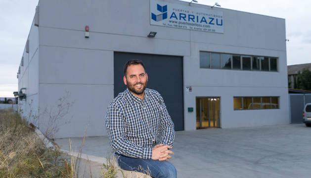 Adrián Arriazu, ante la nave de su empresa de Fontellas.