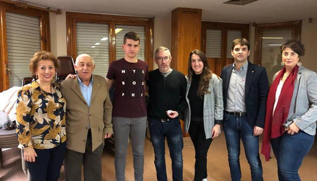 Mª Teresa Encina, Jesús Mª Zabalza, Manuel Hernández (hijo), Manuel Hernández de Frías con la insignia de plata, Ana Hernández, Pablo Azcona y Mariví Sevilla.