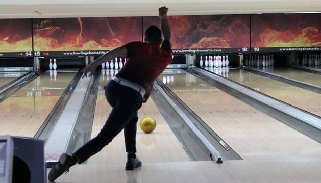 El jugador de Zizur Ion Ancín durante una partida de bowling