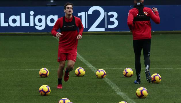Iñigo Pérez realiza ejercicios de calentamiento rodeado de balones en El Sadar, el pasado sábado en la sesión previa al partido ante el Lugo.