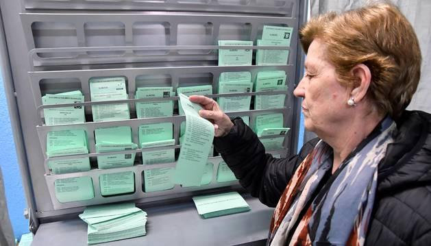 Una mujer elige su papeleta electoral en las elecciones celebradas en Andalucía el pasado domingo.