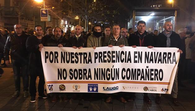 Los agentes sujetando la pancarta durante la concentración en Pamplona.