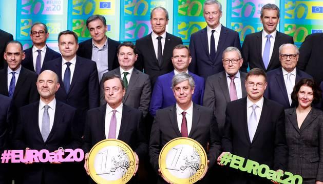 Los ministros de Finanzas de la Eurozona posan para una fotografía la reunión celebrada en Bruselas este lunes.