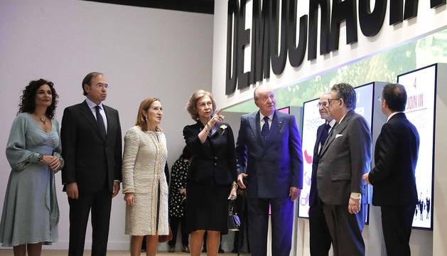 Don Juan Carlos y doña Sofía en la inauguración de la muestra del 40 aniversario de la Constitución española.