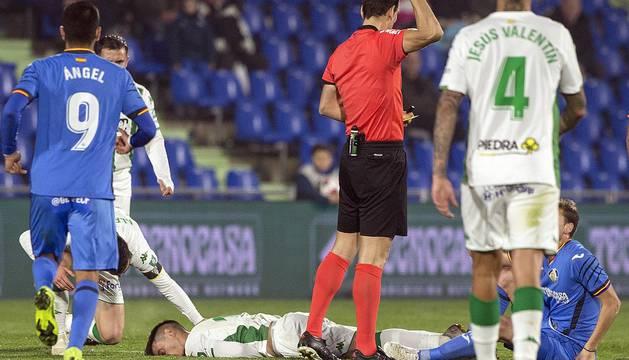Jaime Romero, conmocionado tras impactar contra el suelo.