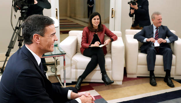 El presidente del Gobierno, Pedro Sánchez, durante la entrevista con varias televisiones con motivo del 40 aniversario de la Constitución.
