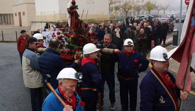 Los porteadores de Santa Bárbara, la bandera y el hacho en primer plano en la procesión de este miércoles.