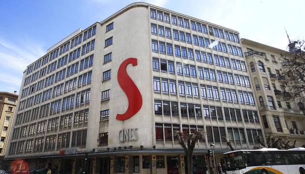 Edificio de oficinas entre las calles Paulino Caballero, Cortes de Navarra y avenida San Ignacio, que albergaba los cines Carlos III y que será derribado en próximas fechas.