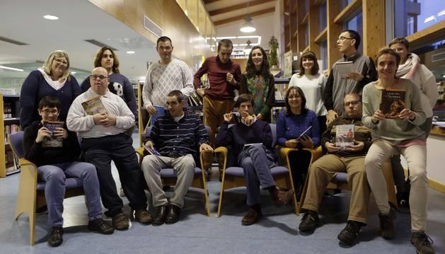 Bea Cantero, en primera fila a la derecha, y Cristina Polido, tercera desde la derecha, de pie, con otros miembros del club.
