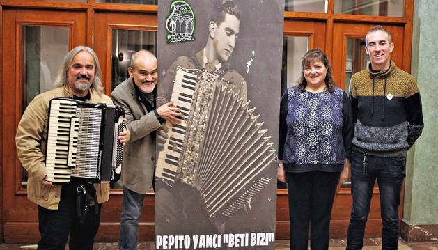 De izq. a dcha.: Xabier Zabala, con el acordeón que perteneció a Pepito Yanci; Eduardo Errondosoro, Neli Yanci y Mikel Iriarte, ayer en el Gayarre.