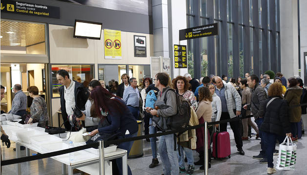 Pasajeros este miércoles en el aeropuerto, cerca del control de seguridad, con destino a Venecia y Madrid.