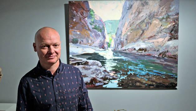 Dan Istúriz posa ante La Foz de Lumbier, una de las veinticinco obras que se caracterizan por el estilo impresionista del artista.