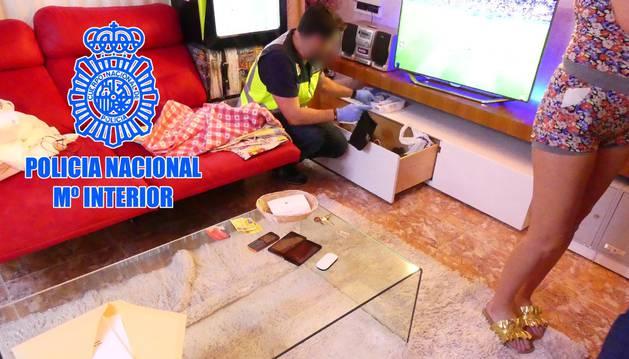 La Policía investiga uno de los pisos de las víctimas.