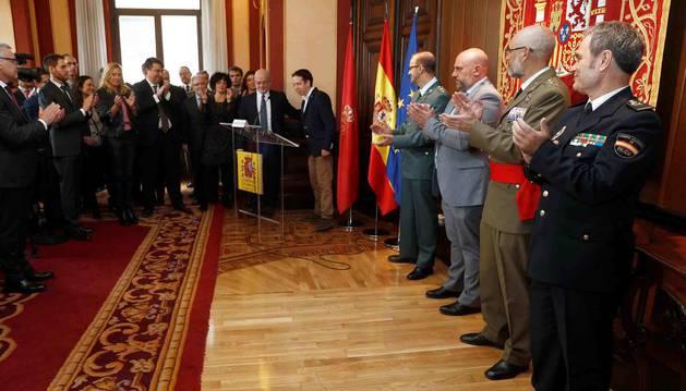 El delegado del Gobierno en Navarra, José Luis Arasti (el tercero por la derecha), entre otros, durante el acto de conmemoración este miércoles en Pamplona del 40 aniversario de la proclamación de la Constitución