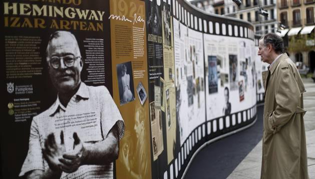 Ciclo 'Recuperando a Hemingway - Hemingway bidaideen' en el centro de Pamplona.