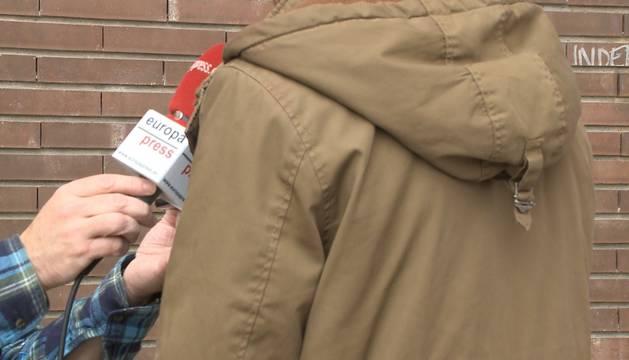 Un amigo del joven agredido en la capital alavesa habla para los medios de comunicación.