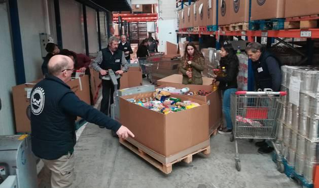 Más de 400 alumnos de distintos centros van a particiar en las tareas de clasificación de los productos, que se prolongan durante dos semanas.