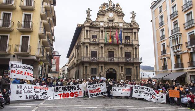 Foto de una concentración de protesta de las familias afectadas por los cambios en las escuelas infantiles en febrero de 2016.