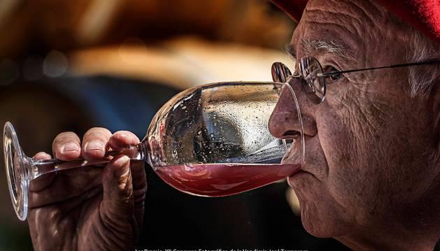 Foto de la fotografía ganadora del concurso, 'Javier Ochoa prueba el primer mosto'.