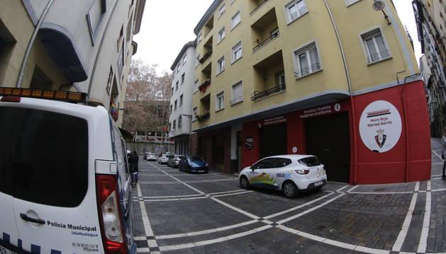 Foto de Policía Municipal de Pamplona, frente al inmueble donde se produjo el suceso el miércoles.