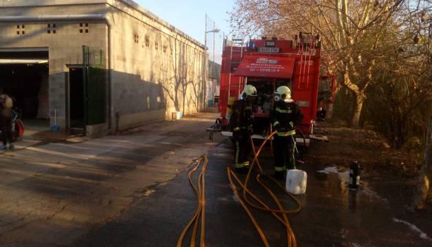 Los Bomberos extinguen el incendio en las piscinas de Andosilla.