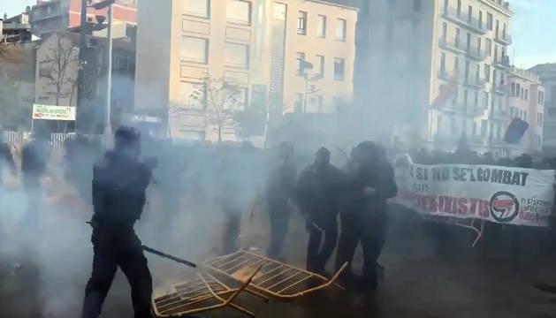 Mossos d'Esquadra intervienen en las protestas violentas.