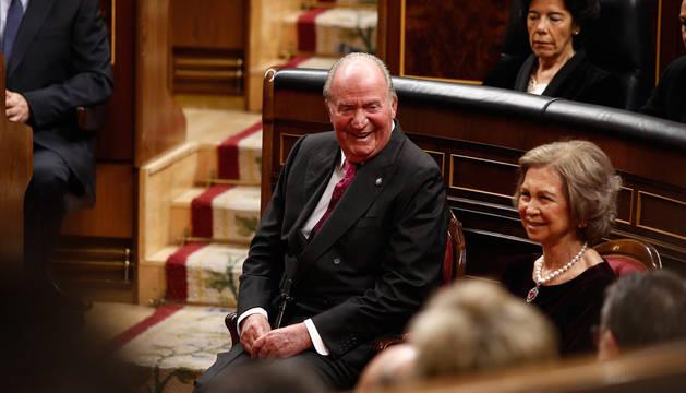 El rey Juan Carlos, junto a la reina Sofía, en el Congreso.