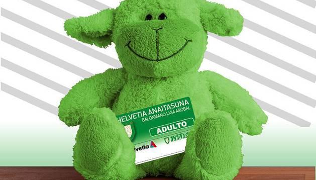 Recogida de peluches y saque de honor de Ezkurdia en el Anaitasuna-Guadalajara