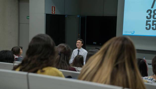 Foto de Esteban Solano se dirige a los estudiantes de Psicología durante su ponencia sobre comunicación no verbal en la Universidad de Navarra.