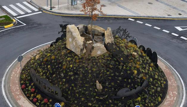 Foto de la rotonda, en el centro, una representación del monte Ezkaba, el fuerte y un homenaje a los  fugados cuando era penal, en 1938.