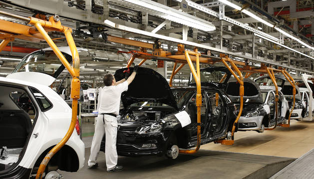 Foto de un operario trabaja en la cadena de montaje de la factoría de Landaben. En los próximos cinco años unos 1.000 trabajadores cumplirán los 60.