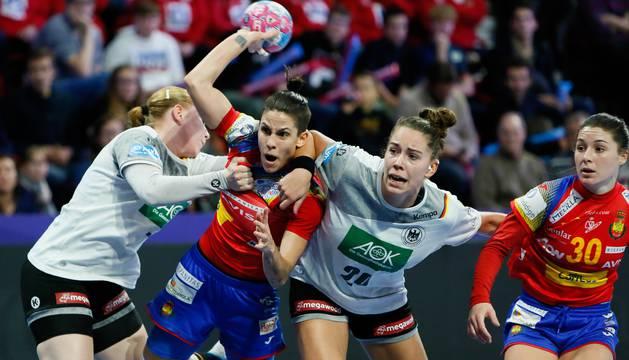 La española Alicia Fernández Fraga intenta un lanzamiento durante un encuentro entre España y Alemania correspondiente al campeonato Europeo de balonmano femenino.