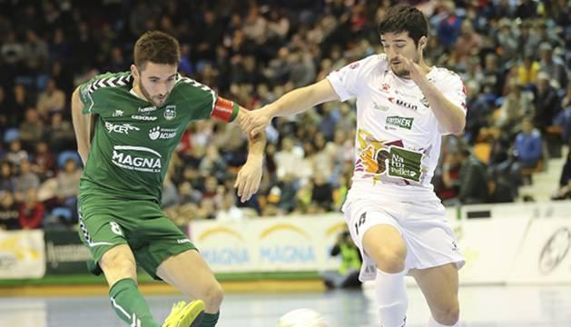 Roberto Martil, jugador del CA Osasuna Magna, dispara ante Iago Rodríguez, del Naturpellet Segovia.